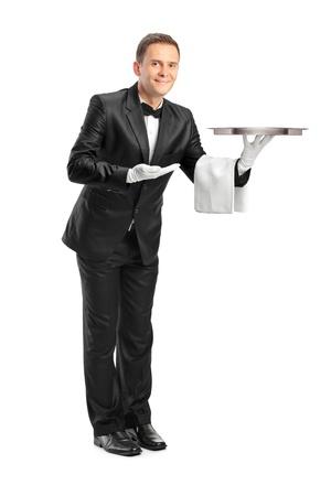trays: Full length portret van een butler die een lege lade geïsoleerd tegen witte achtergrond