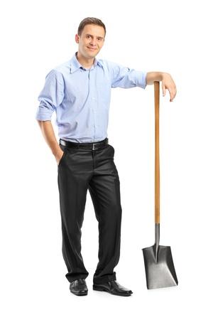 joven agricultor: Retrato de longitud completa de un hombre sosteniendo una pala aislada sobre fondo blanco