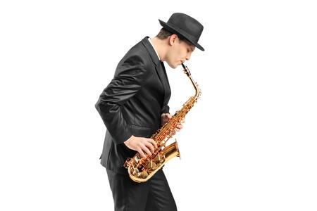 saxofon: Un joven tocando el saxofón aisladas sobre fondo blanco Foto de archivo