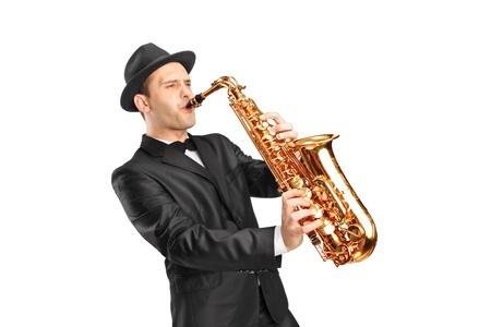saxofon: Estudio de retrato de una joven con sombrero y tocar el saxofón aislado en el fondo