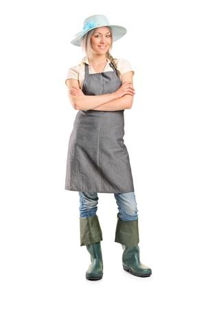 mains crois�es: Portrait en pied d'un fermier sourire femelle avec ses mains crois�es isol� sur fond blanc