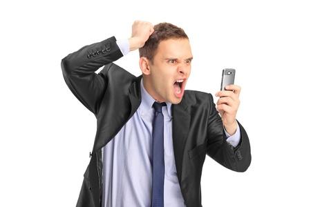 caras tristes: Una vista de un hombre de negocios gritando en un tel�fono m�vil aisladas sobre fondo blanco