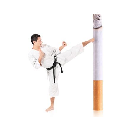 judo: Karate hombre golpeando un cigarrillo aislado sobre fondo blanco