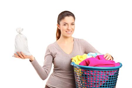 launder: Una mujer con un cesto de la ropa con una bolsa de dinero aislados en fondo blanco