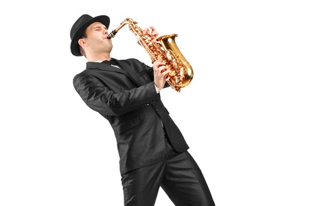 saxofon: Un hombre con un traje de jugar en el saxofón aislado en el fondo
