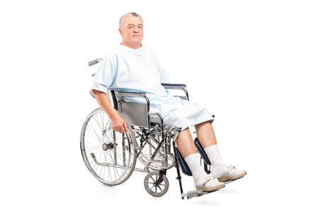 persona en silla de ruedas: Paciente de sexo masculino en silla de ruedas aisladas sobre fondo blanco