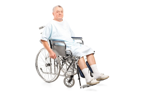 elderly pain: Paziente di sesso maschile in una sedia a rotelle isolato su sfondo bianco