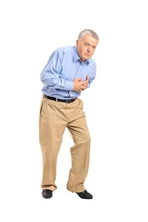 convulsion: Senior hombre tener un ataque al corazón aisladas sobre fondo blanco
