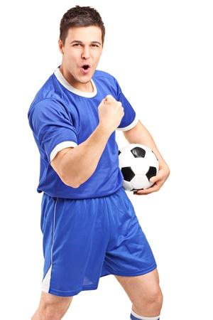 gente celebrando: Emocionado aficionado deportivo sosteniendo una pelota de f�tbol y hacer gestos aislados sobre fondo blanco