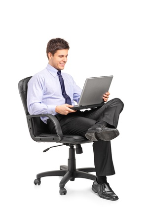ülő: Fiatal, mosolygós üzletember ül irodai szék és dolgozó laptop, számítógép, elszigetelt, fehér, háttér