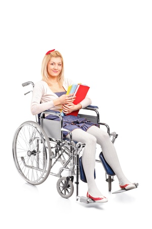 personne handicap�e: Une jeune fille souriante dans un fauteuil roulant isol� sur fond blanc