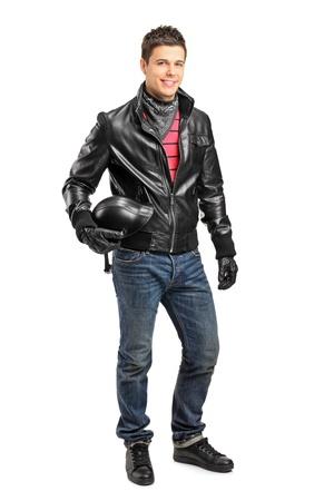 motociclista: Lunghezza ritratto completo di una motorcycler giovane in possesso di un casco in posa isolato su sfondo bianco