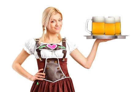 bier glazen: Een vrouw, gekleed in traditionele klederdracht en met drie glazen bier op een witte achtergrond