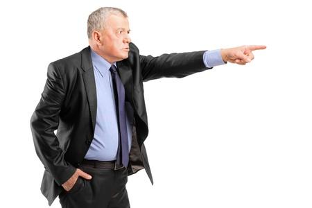 jefe enojado: Un jefe enojado despedir a un empleado aisladas sobre fondo blanco