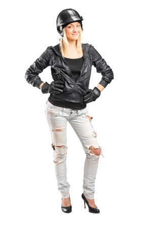 motociclista: Lunghezza ritratto completo di un motorcycler femminile con casco isolato su sfondo bianco