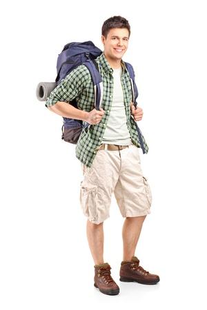 mochila: Retrato de cuerpo entero de un caminante con mochila posando aislado sobre fondo blanco