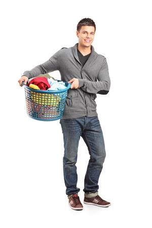 lavadora con ropa: Retrato de cuerpo entero de un hombre con una canasta de ropa sucia aisladas sobre fondo blanco