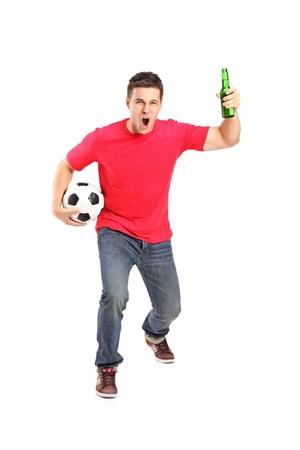 euphoric: Piena lunghezza ritratto di una ventola euforico in possesso di una bottiglia di birra e il calcio tifo isolato su sfondo bianco