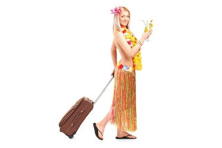 mujer con maleta: Retrato de cuerpo entero de una atractiva mujer vestida con un traje hawaiano de irse de vacaciones aisladas contra el fondo blanco