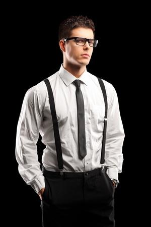 modelos hombres: Un retrato de un hombre joven con estilo posando aislado sobre fondo negro Foto de archivo