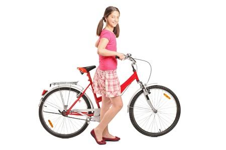 niños en bicicleta: Longitud total de retrato de una niña de la celebración de una bicicleta sobre fondo blanco
