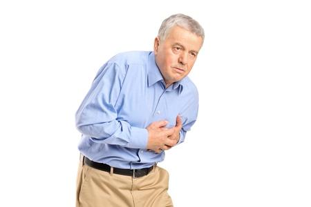 insuficiencia cardiaca: Senior hombre tener un ataque al coraz�n aisladas sobre fondo blanco