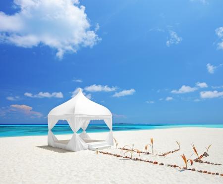 boda en la playa: Una vista de una tienda de la boda en una playa en las Maldivas