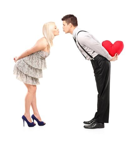 donna innamorata: Lunghezza ritratto pieno di baci fidanzato e la fidanzata che danno isolato su sfondo bianco