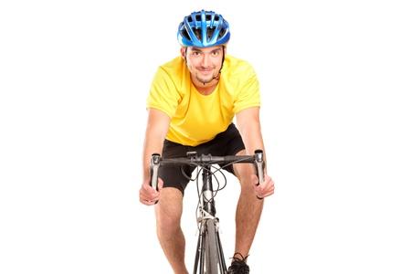 ciclista: Un ciclista sonriente con camisa amarilla que presenta en una bicicleta aislado sobre fondo blanco