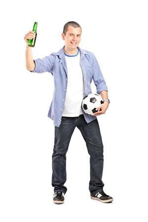 euphoric: Lunghezza ritratto completo di un fan euforico maschio in mano una bottiglia di calcio e birra isolato su sfondo bianco Archivio Fotografico