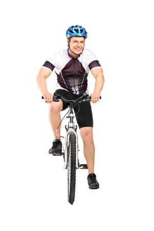 ciclista: Retrato de cuerpo entero de un ciclista masculino que presenta en una bicicleta aislado sobre fondo blanco