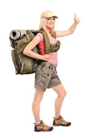 Travel Backpack: Retrato de cuerpo entero de un excursionista mujer con mochila dando un pulgar hacia arriba aislados en fondo blanco