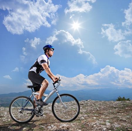 riding helmet: Una vista de un ciclista en bicicleta de monta�a en un d�a soleado, Macedonia