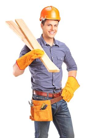Un sourire mâle charpentier tenue seuils isolé sur fond blanc