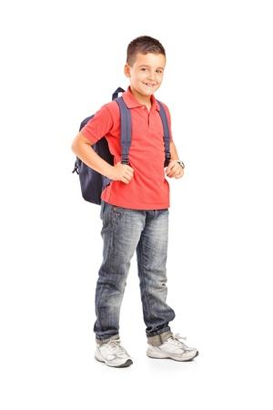 バックパック: バックパックを白い背景に対して隔離される学校男の子の完全な長さの肖像画