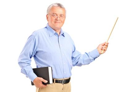 Ein männlicher Lehrer hält einen Zauberstab und Buch auf weißem Hintergrund