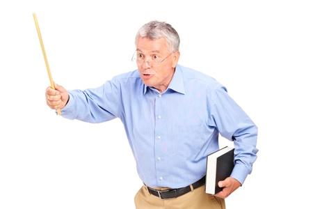 profesores: Un profesor maduro enojado que sostiene una varita y un gesto aislado sobre fondo blanco Foto de archivo