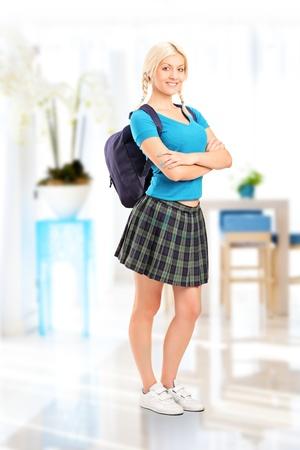 comedor escolar: Retrato de cuerpo entero de pie en interiores femeninas de estudiantes