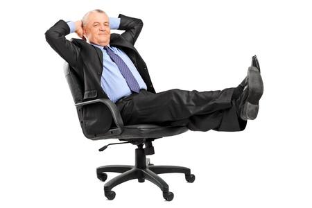 부주의 한: 성숙한 사업가 흰색 배경에 고립 된 다리를 쉬고있는 안락 스톡 사진