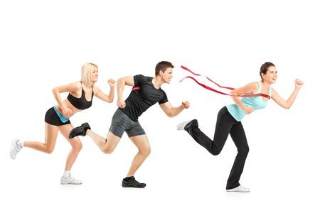 ropa deportiva: Gente corriendo hacia la meta aislada en el fondo blanco
