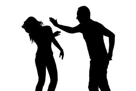 violencia intrafamiliar: Silueta de un hombre golpeando a una mujer que representa de la violencia doméstica aisladas sobre fondo blanco