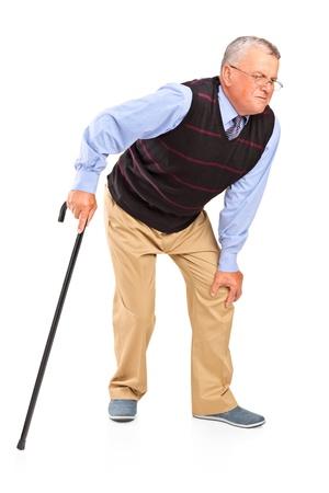 artritis: Retrato de cuerpo entero de un hombre maduro con un dolor en la rodilla aislado sobre fondo blanco