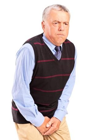 Ein älterer Mann mit Kontrolle über die Blase Problem isoliert auf weißem Hintergrund