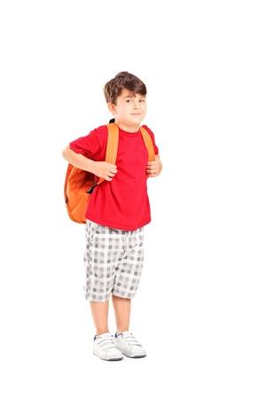 niño con mochila: Retrato de cuerpo entero de un niño de la escuela con una mochila posando aislado sobre fondo blanco