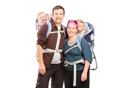 Glückliche Familie mit Wanderrucksack posiert isoliert auf weißem Hintergrund