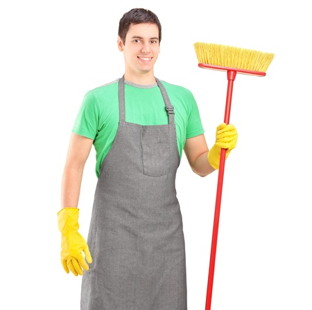 escoba: Limpiador masculina que sostiene un cepillo aisladas sobre fondo blanco Foto de archivo
