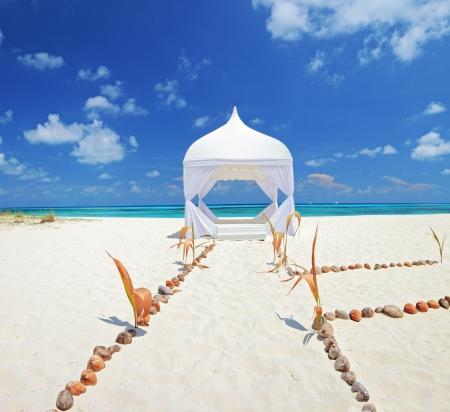 Vista de una tienda de la boda en una playa en la isla Kuredu, Maldivas, Atolón Lhaviyani Foto de archivo