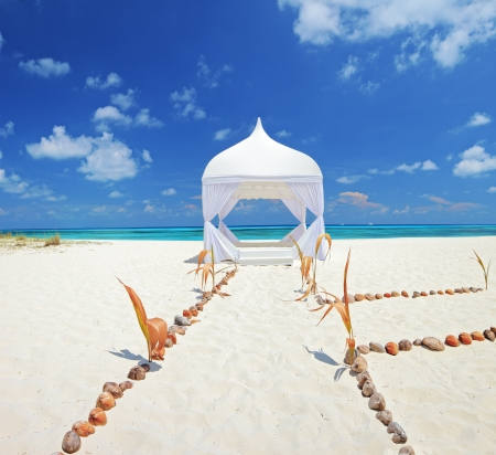 cérémonie mariage: Vue d'une tente de mariage sur une plage de Kuredu, Maldives, atoll Lhaviyani