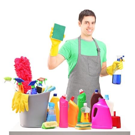 detersivi: Un pulitore di maschio sorridente con attrezzature per la pulizia isolato su sfondo bianco