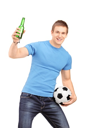 euphoric: Un ventilatore euforico in possesso di una bottiglia di birra e il calcio tifo isolato su sfondo bianco